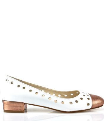 zapatos de novia planos blancos con puntera y tacon en piel metalizada y troquelado