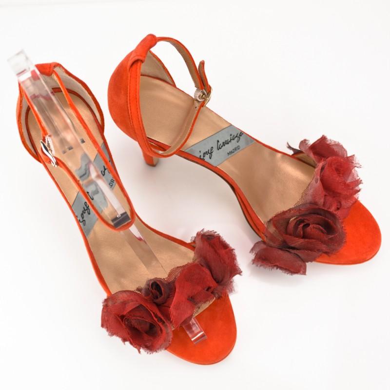 sandalias con adorno flores naranja en ante tacon de 8 cm