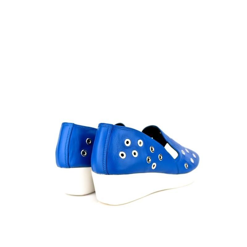 sneaker zapatos urbanos color azul con piso de goma y agujeros tachas ojetes