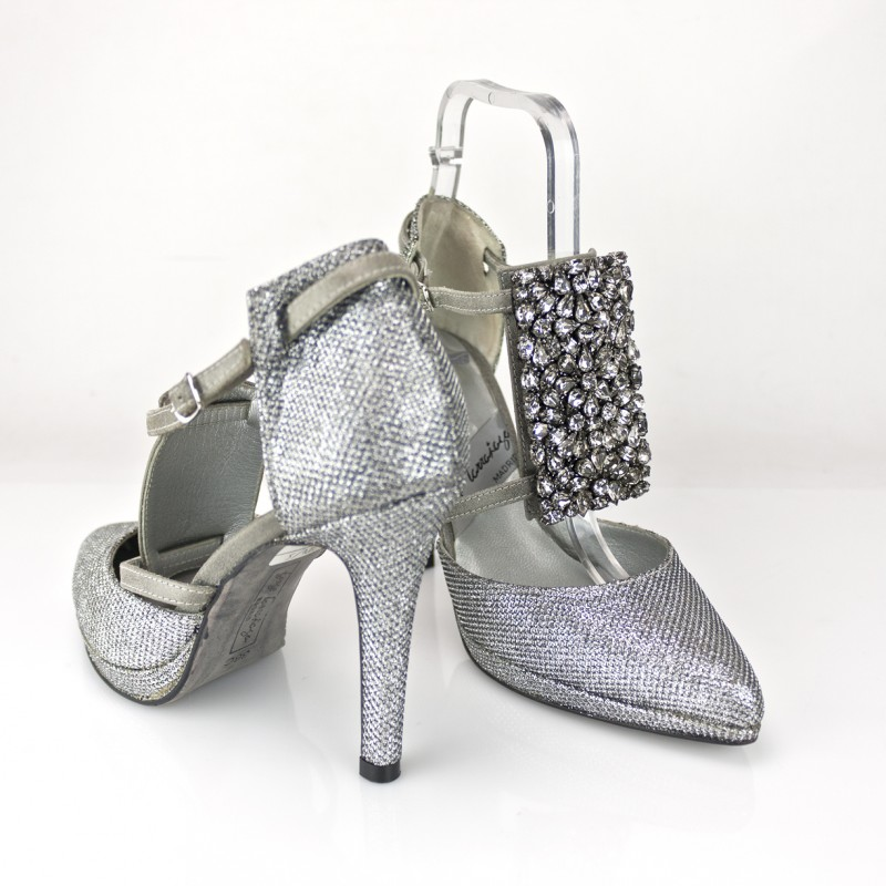 zapato con pedreria en empeine bordado hecho a mano cristales