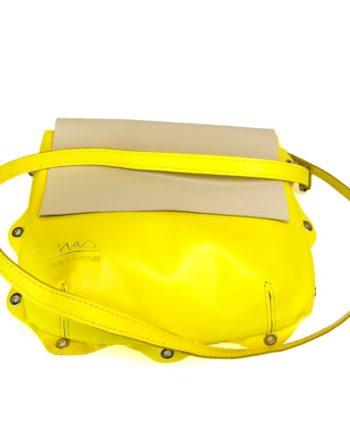 bolso Bandolera piel amarillo con asa para llevar al hombro original y solapa en color nude