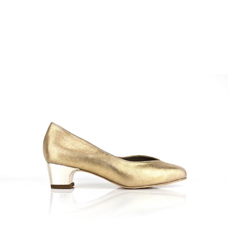 zapatos dorados en piel metalizada oro con tacon de 4 cm y ancho especial