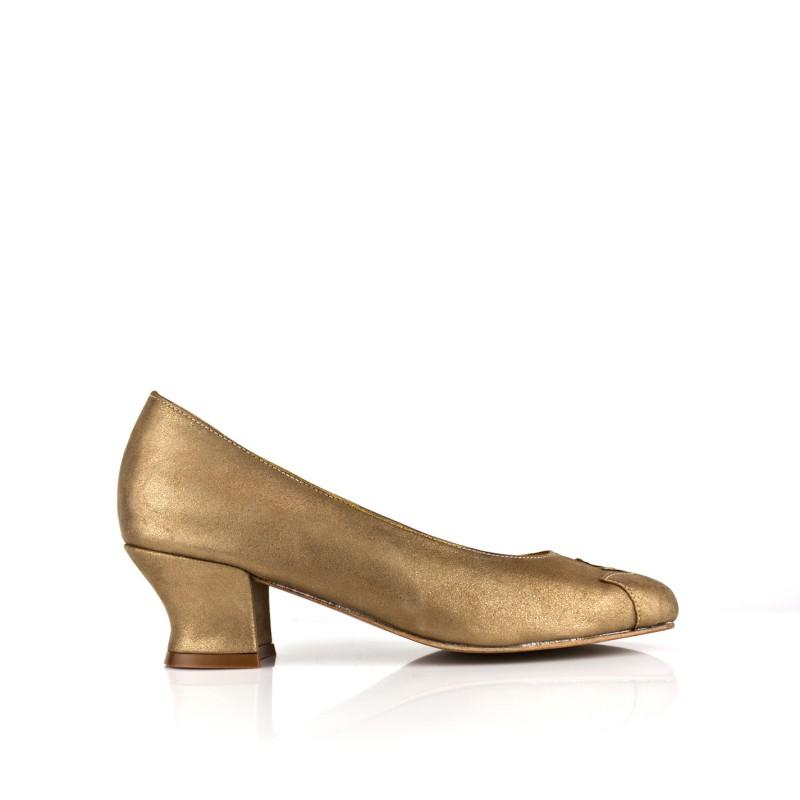 zapato salon ancho especial de mujer piel metalizada oro y tacon 4 cm