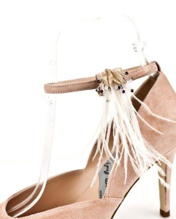 Adorno zapatos de cristales colores y plumas blancas