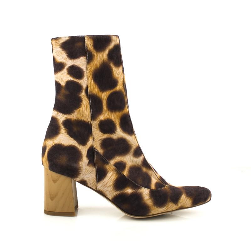 Botas en ante leopardo con tacon de 6 cm y cremallera