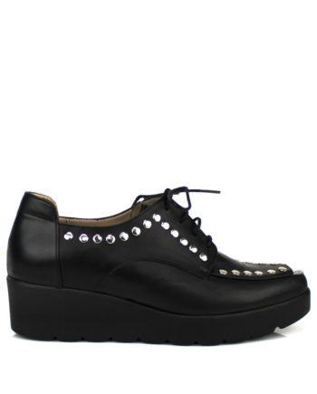 sneakers mujer en piel negra con cordones, plataforma y tachas plateadas