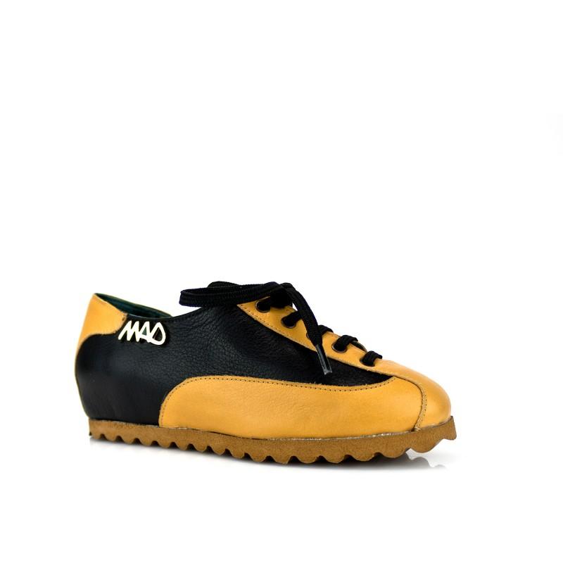 sneakers unisex en piel mostaza y negra con cordones y suela color cuero