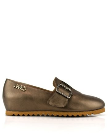 zapatos unisex de piel metalizada bronce con hebilla y suela goma marron